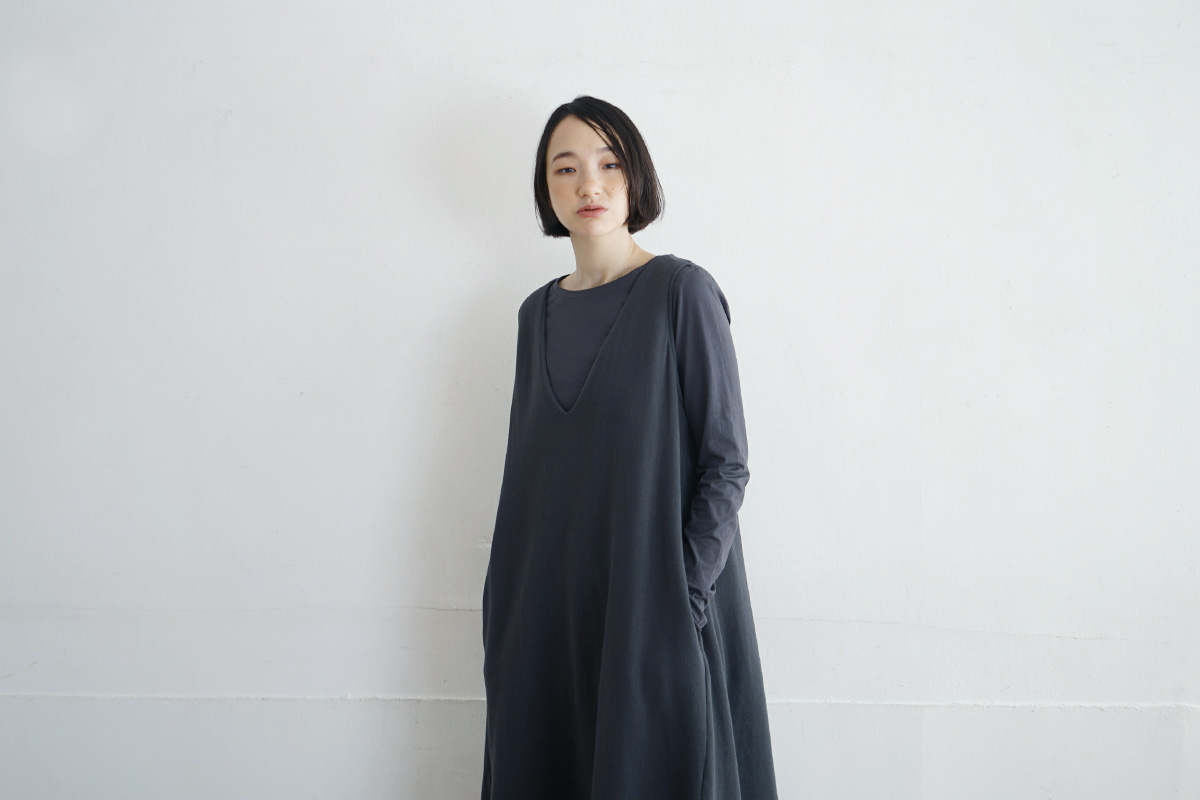 Mochi モチ v-neck one piece [charcoal grey]
